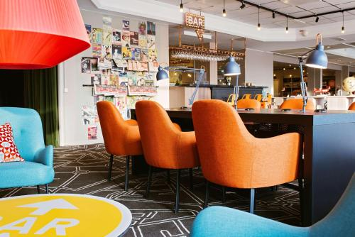 The lounge or bar area at Scandic Uppsala Nord