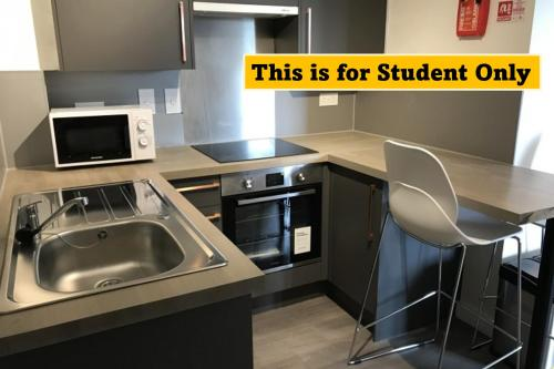 A kitchen or kitchenette at En Suite Rooms for STUDENTS ONLY, NEWINGTON GREEN - SK