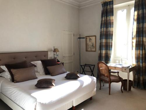 A bed or beds in a room at Hotel Château Des Alpilles
