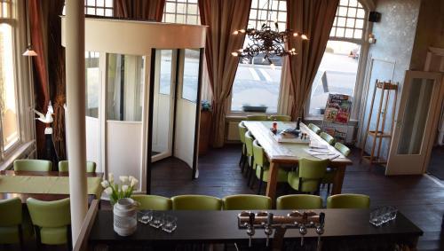 Een restaurant of ander eetgelegenheid bij Hotel Restaurant Boven Groningen