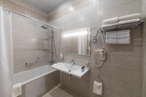 Ванная комната в HELIOPARK Residence