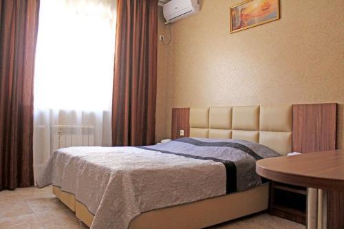 Кровать или кровати в номере Anzhela-Lantana Hotel