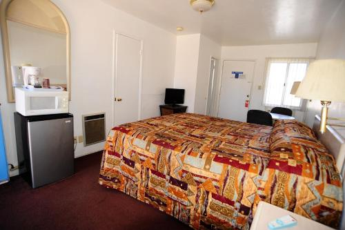 A bed or beds in a room at Safari Motor Inn - Joshua Tree