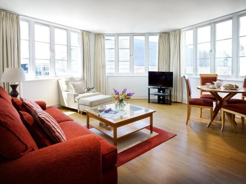 A seating area at Marlin Apartments London City - Queen Street