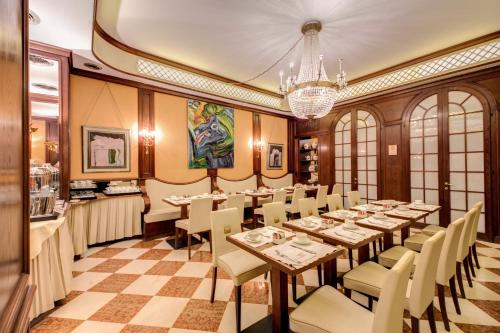 A restaurant or other place to eat at Romana Apartment