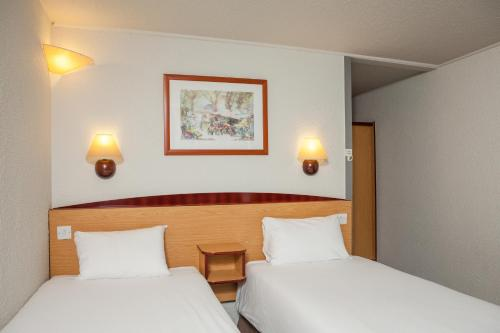 A bed or beds in a room at Campanile Hotel - Basildon - East of London