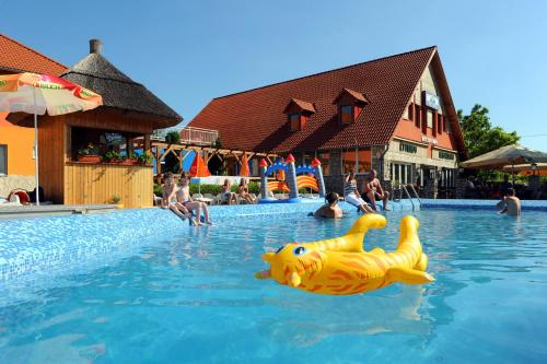 The swimming pool at or close to Wellness Park Pension