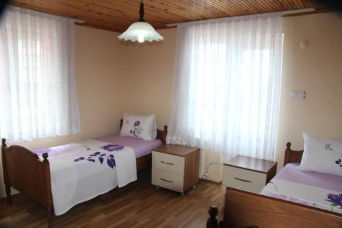 سرير أو أسرّة في غرفة في شقق جولر
