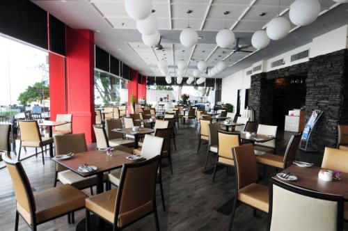A restaurant or other place to eat at Hotel Sentral Seaview @ Beachfront