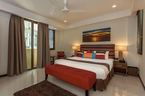 سرير أو أسرّة في غرفة في فندق ذا سومرست