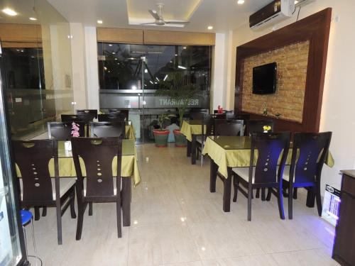 A restaurant or other place to eat at Hotel Yog Vashishth