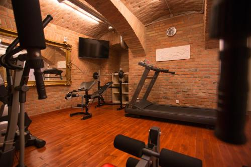 The fitness center and/or fitness facilities at Best Western Plus Hotel Arcadia