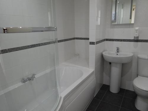 A bathroom at Waverley Hotel