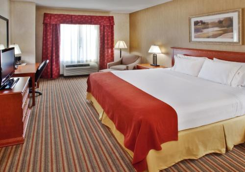 A bed or beds in a room at Holiday Inn Express & Suites Sioux Center, an IHG Hotel