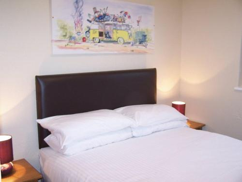 A bed or beds in a room at OYO Metro Inns Falkirk