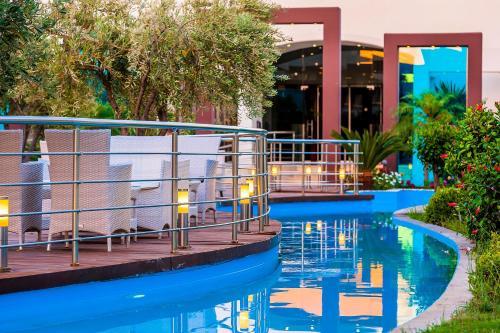 Vesipuisto hotellin alueella tai sen lähistöllä