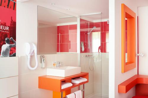 A bathroom at ibis Styles Montpellier Centre Comedie