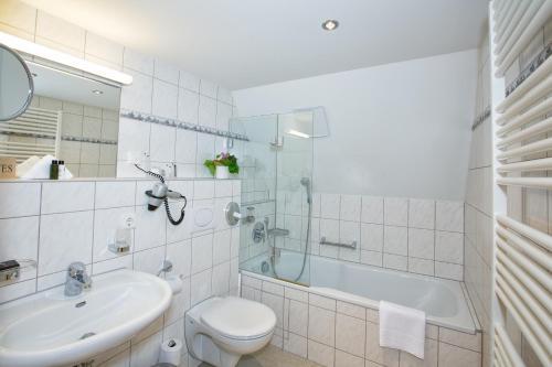 Ein Badezimmer in der Unterkunft Hotel Post Jungingen