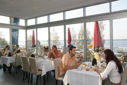 Ein Restaurant oder anderes Speiselokal in der Unterkunft Strandhotel Senftenberger See