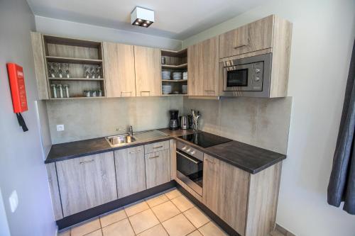 A kitchen or kitchenette at Maisons de Vacances Azur en Ardenne