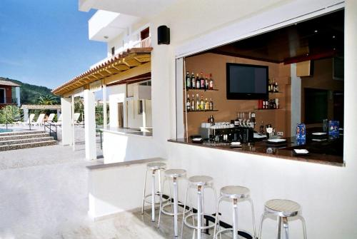 The lounge or bar area at Hotel Prassino Nissi