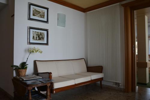 Ein Sitzbereich in der Unterkunft Hotel Post Jungingen
