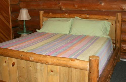A bed or beds in a room at Cedar Mountain Farm Bed and Breakfast LLC
