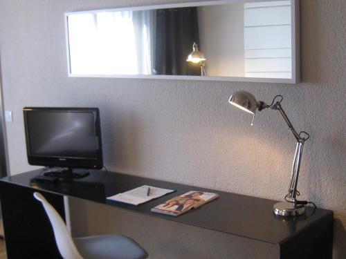 Una televisión o centro de entretenimiento en Sercotel Leyre