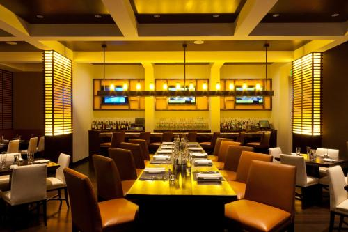 A restaurant or other place to eat at JW Marriott Marquis Miami