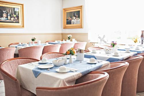 Ein Restaurant oder anderes Speiselokal in der Unterkunft Löwen Hotel