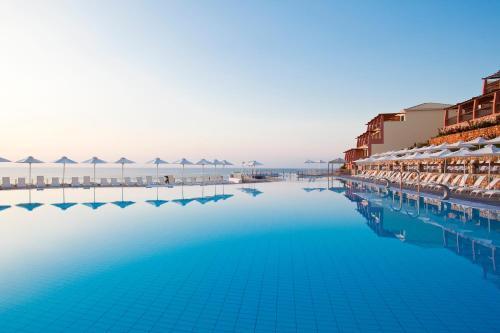 Piscina di Apostolata Island Resort and Spa o nelle vicinanze