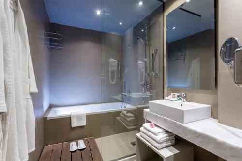 A bathroom at Aeolos Beach Resort