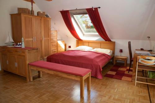 A bed or beds in a room at Privatvermietung Giese