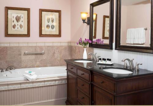 A bathroom at Grand Harbor Inn
