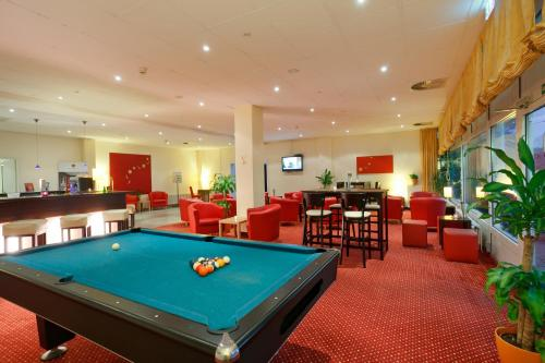 A pool table at AZIMUT Hotel City South Berlin