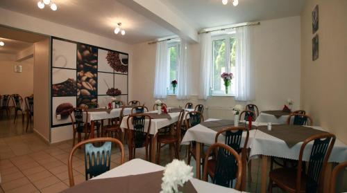 Reštaurácia alebo iné gastronomické zariadenie v ubytovaní Hotel Monika