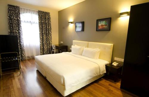 A bed or beds in a room at Strawberry Park Resort