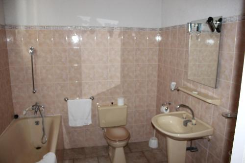 A bathroom at Hotel Restaurant La Camargue