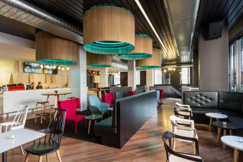 A restaurant or other place to eat at ibis Adelaide