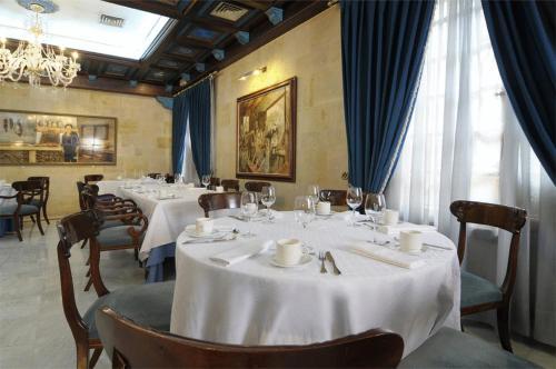 Un restaurante o sitio para comer en Hotel II Virrey