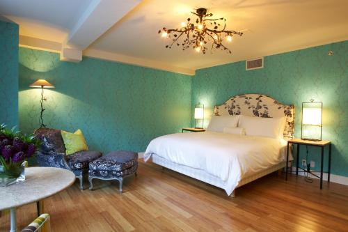 A bed or beds in a room at The Ivy at Verity