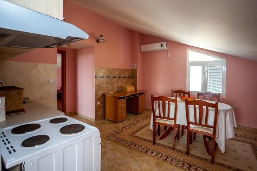 Кухня или мини-кухня в Apartment Kandic
