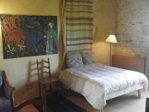 A bed or beds in a room at Manoir de la Baronnie