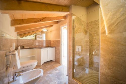 A bathroom at Lady Capulet Apartments