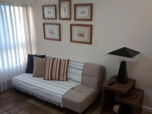 A seating area at Apartamento em Ondina