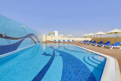 Der Swimmingpool an oder in der Nähe von Gateway Hotel