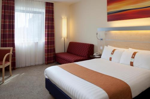 A bed or beds in a room at Holiday Inn Express Walsall M6, J10, an IHG Hotel