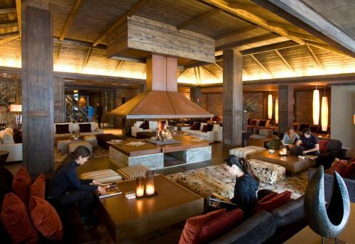 Un restaurante o sitio para comer en Hotel Val de Neu G.L.