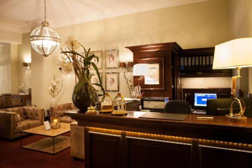 El vestíbulo o zona de recepción de The Ascot Hotel