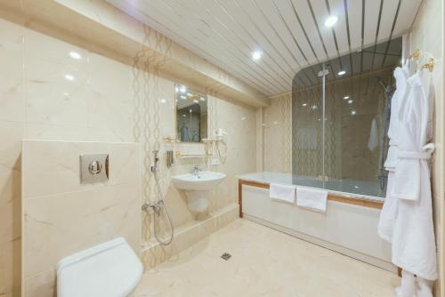 A bathroom at Orbita Hotel